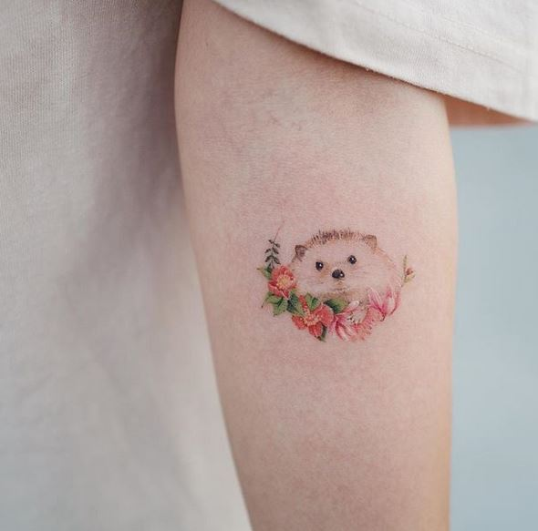 Tatouage avant-bras floral hérisson
