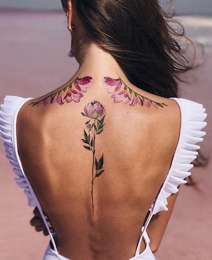 Ailes florales avec tatouage au centre du dos