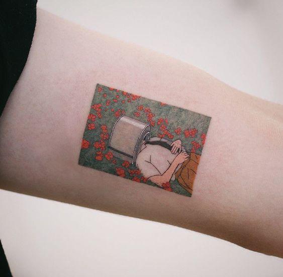 Fille couchée dans le champ de tatouage