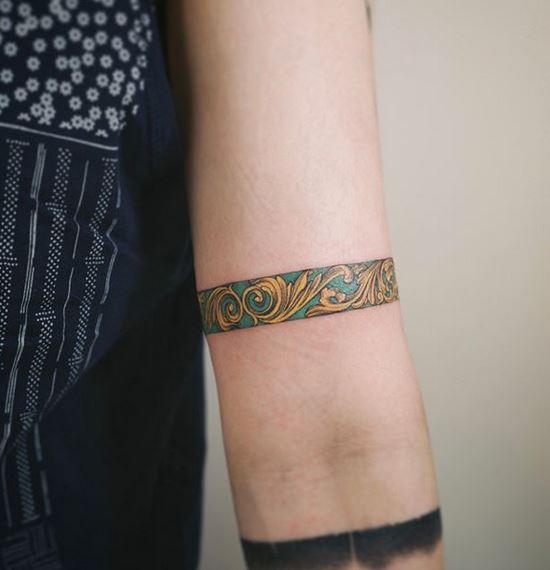 Tatouage de bracelet ornemental en or