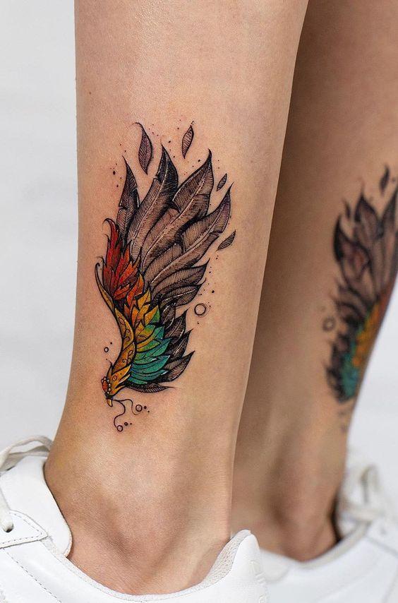 Tatouage de jambe de plume dégradé