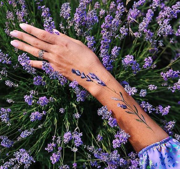 Tatouage de bras de fleur de lavande