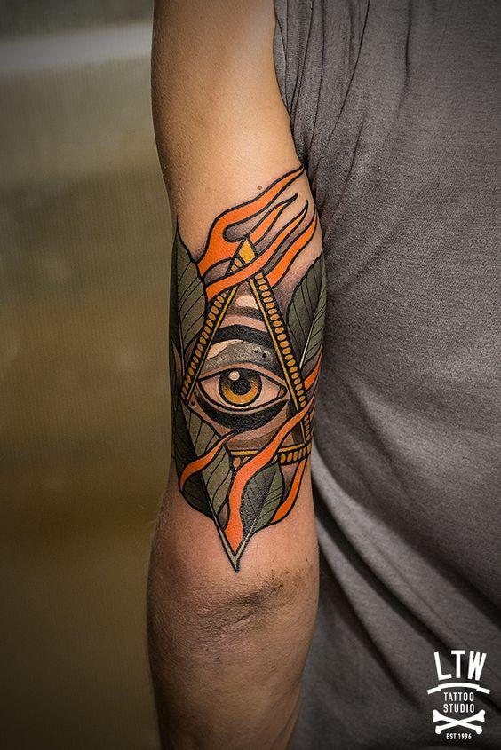 Oeil enveloppé de feuilles de tatouage bras Providence