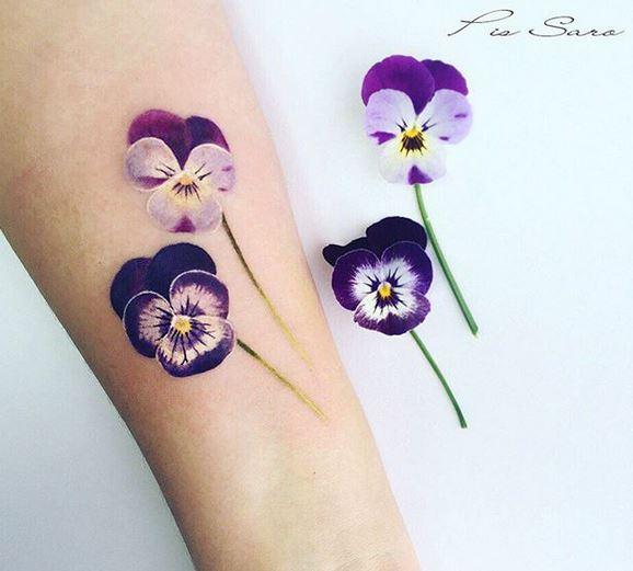 Tatouage d'avant-bras de belles violettes