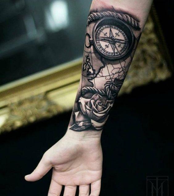 Tatouage de carte, rose, corde et boussole avant-bras