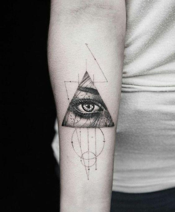 Tatouage avant-bras oeil minimaliste de Providence