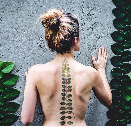 Portrait de plante tatouage dos