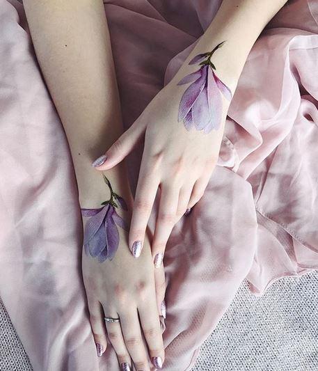 Tatouages réalistes de fleurs violettes