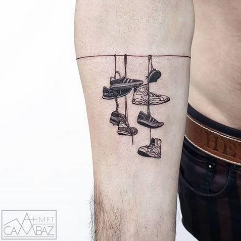 Chaussures montrent tatouage avant-bras