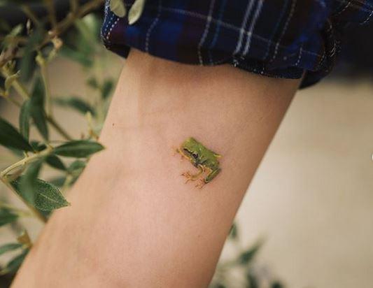 Tatouage d'avant-bras de grenouille subtile