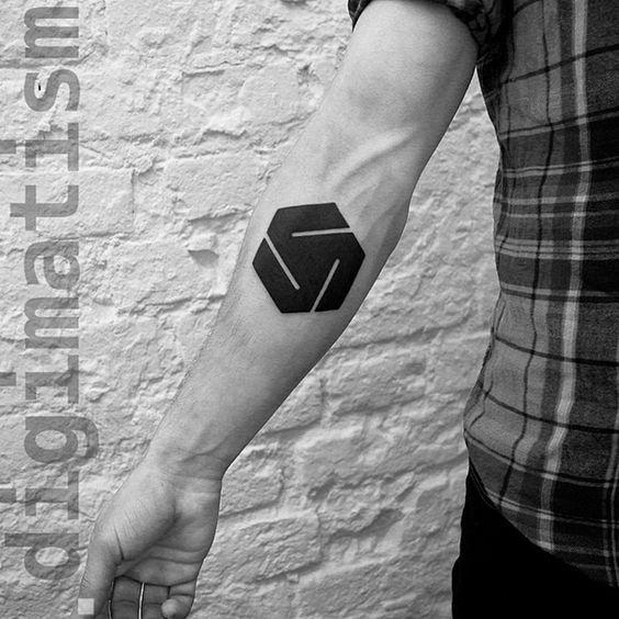 Tatouage d'avant-bras inspiré du suprématisme