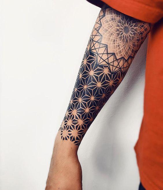 Tatouage de la manche de l'avant-bras à géométrie symétrique