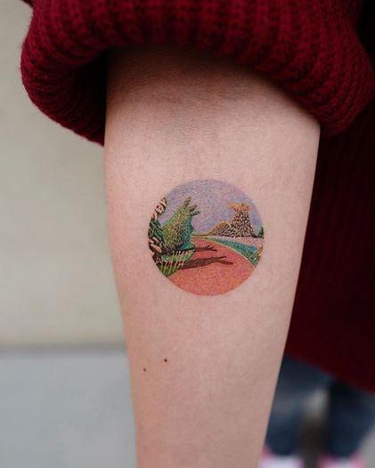 Le tatouage de l'avant-bras du chemin rouge