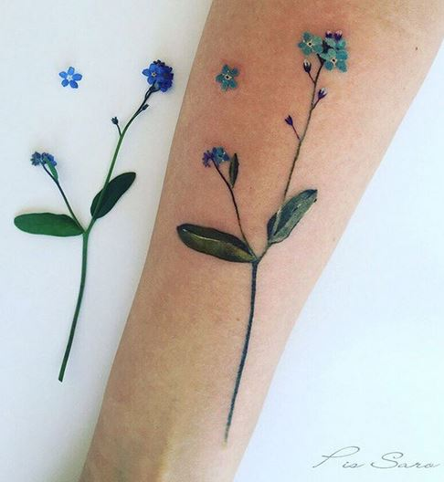 Petit avant-bras floral bleu tatouage