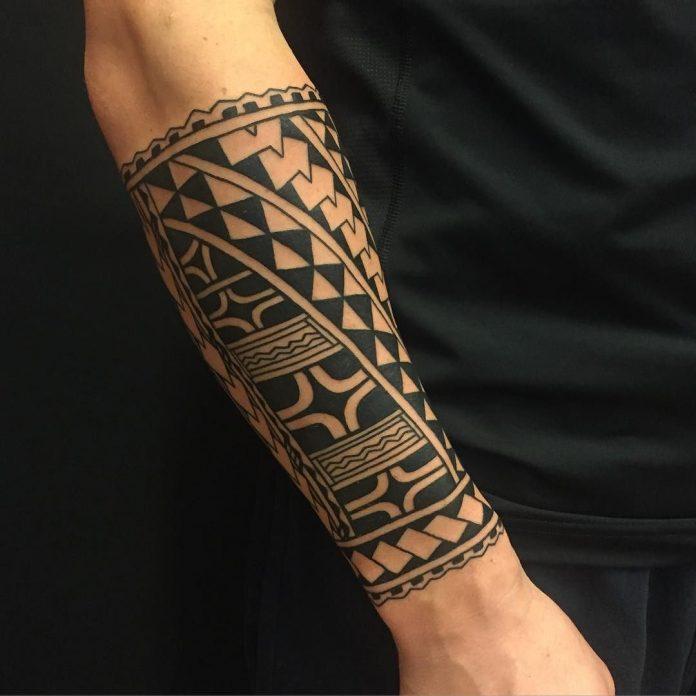 Tatouage de manche tribal avant-bras