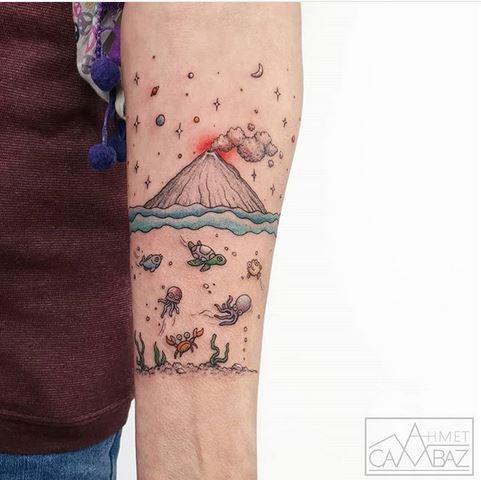 Sous le tatouage de l'avant-bras du volcan
