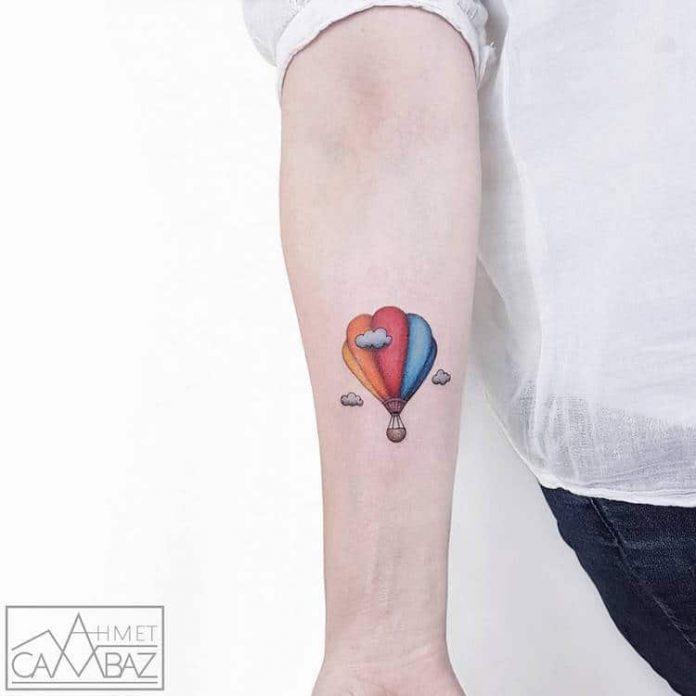 Tatouage avant-bras vibrant de ballon à air chaud