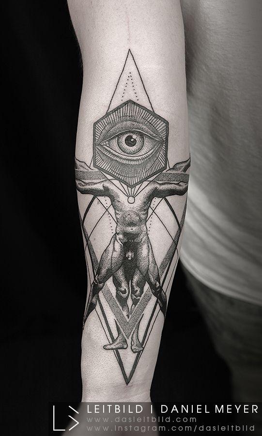 Tatouage avant-bras oeil de providence vitruvien