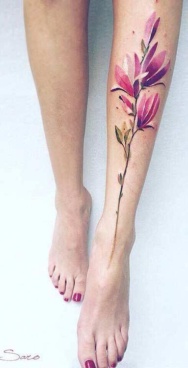 Tatouage de jambe de magnolia aquarelle