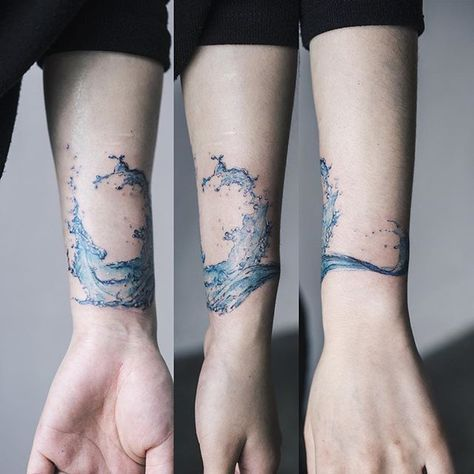 Tatouage au poignet aquarelle éclaboussure d'eau
