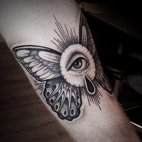 Oeil ailé de Providence bras tatouage