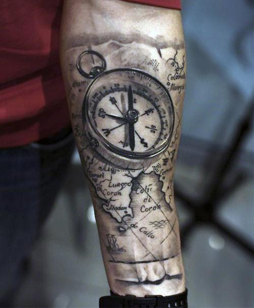 Carte du monde et tatouage de la manche de la boussole