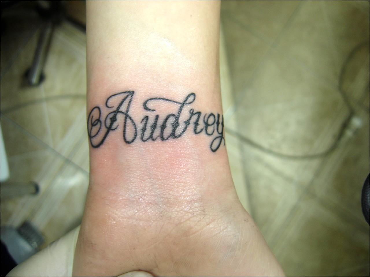 Lettrage de tatouage de poignet lié au tatouage de poignet féminin - page 19 - mes cms