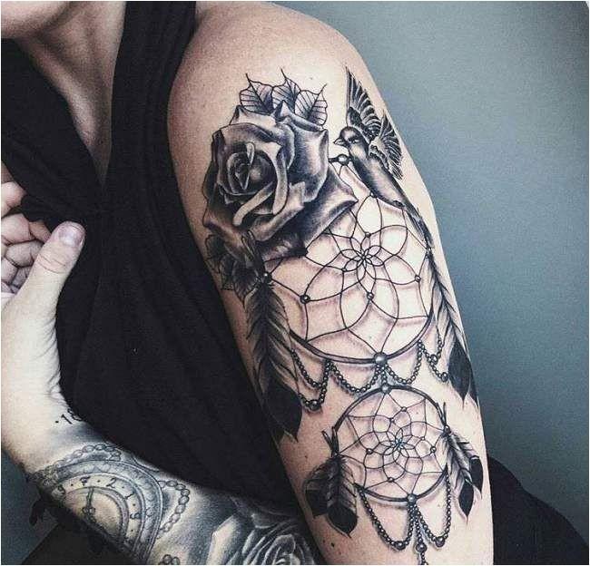Tatouage femme tatouage réaliste Dream Catcher sur le bras
