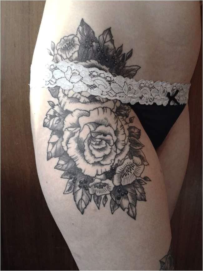 Tatouage femme Rose tatouage noir et gris sur la cuisse