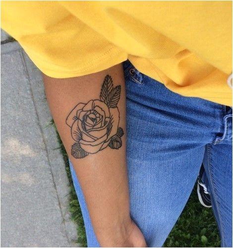 noir et blanc rose tatouage avant-bras femme