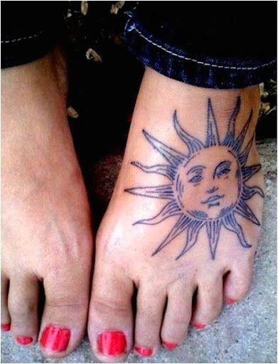 Soleil tatoué sur le pied