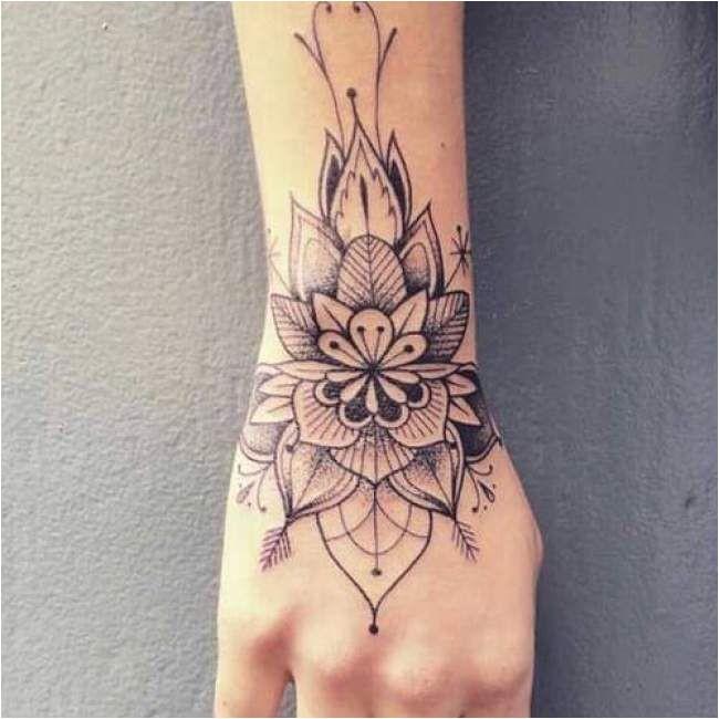 Tatouage femme fleur noir et gris sur le poignet