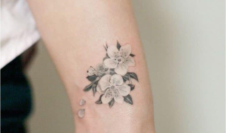 Tatouage femme poignet japonais | acidcruetattoo 1