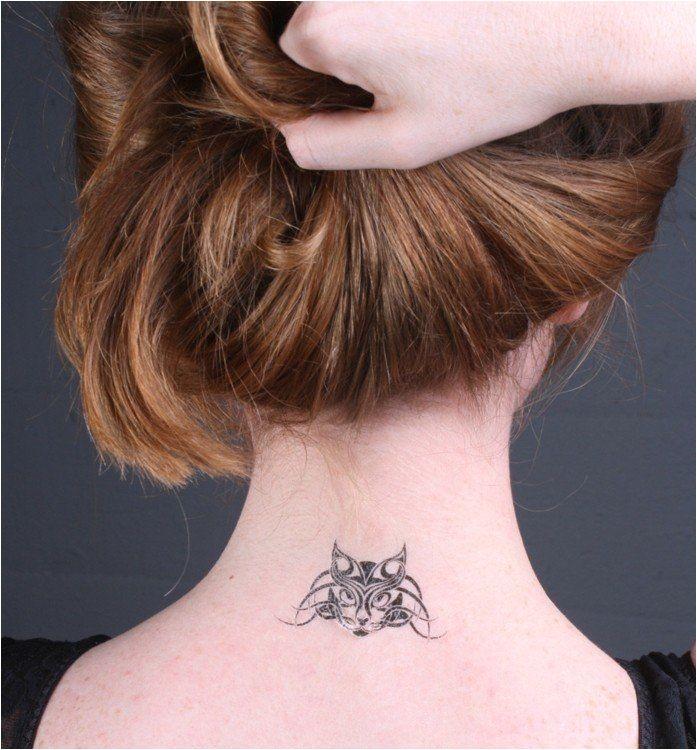 Tatouage de chat tribal sur le cou