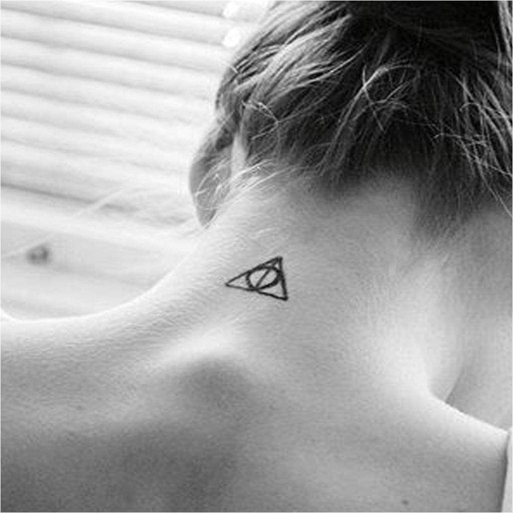 Tatouages pour femmes à l'arrière du cou tatouage 20 idées pour un tatouage femme