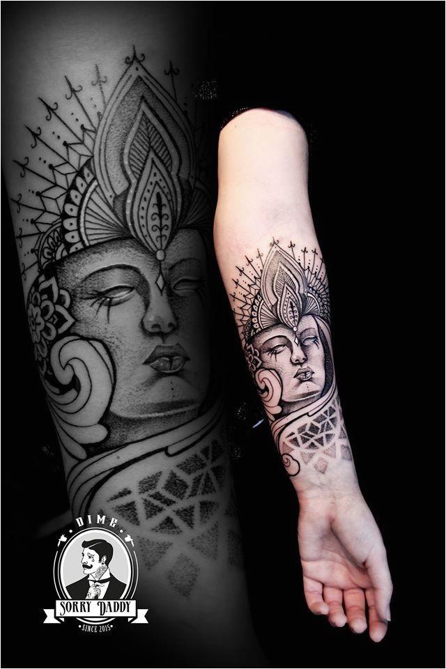 Tatouage bouddha bouddhisme spiritualité soleil lune idée tatoo femme homme bras avant-bras main