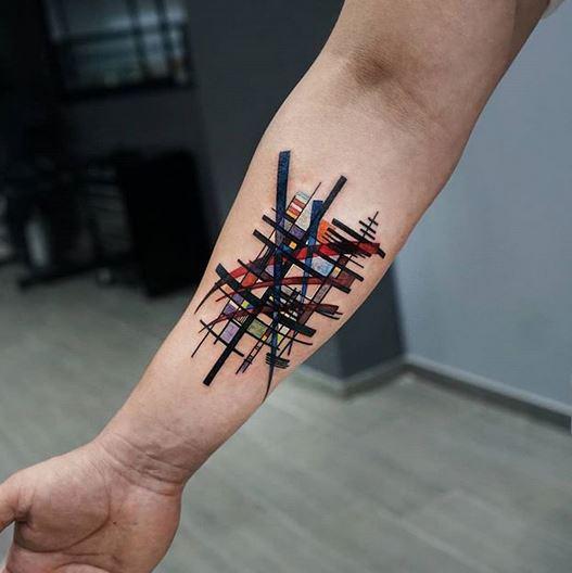 Tatouage avant-bras abstrait