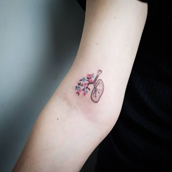 Tatouage de bras de coeur botanique