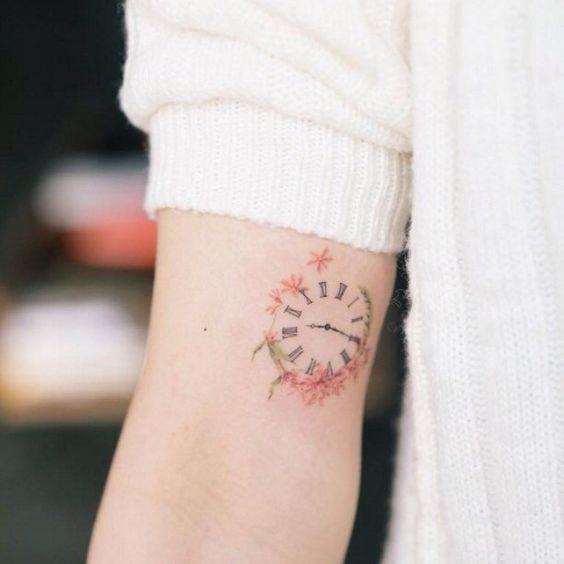 Tatouage de bras d'horloge floral