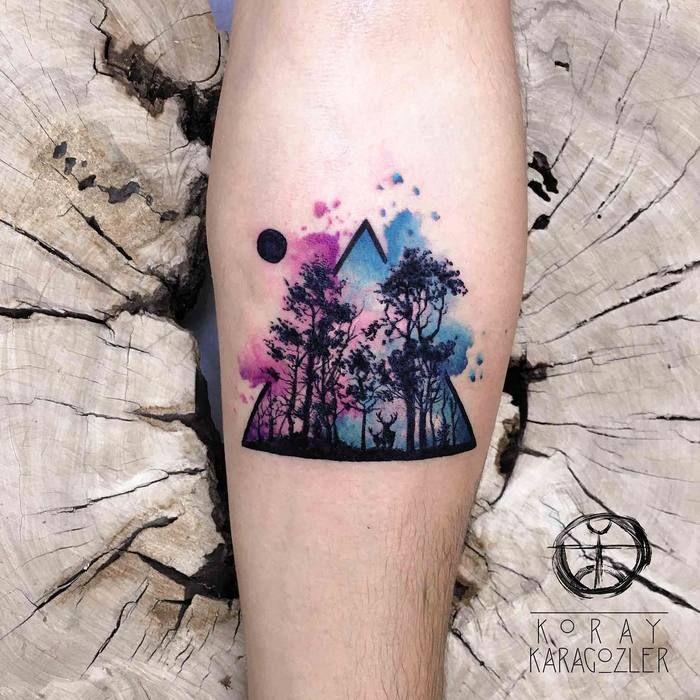 Tatouage d'avant-bras aquarelle vue sur la forêt