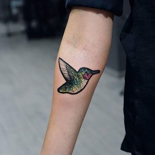Tatouage avant-bras patch colibri