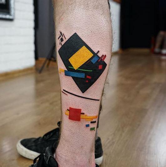 Le suprématisme de Malevitch 1915 tatouage à la jambe