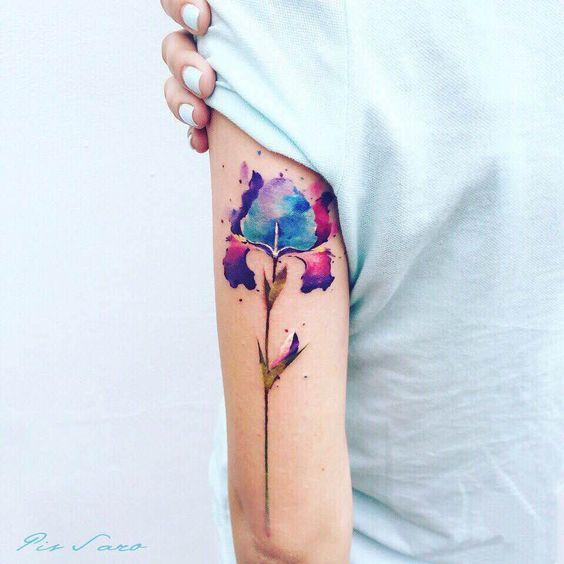 Tatouage de bras de fleur infusé d'espace
