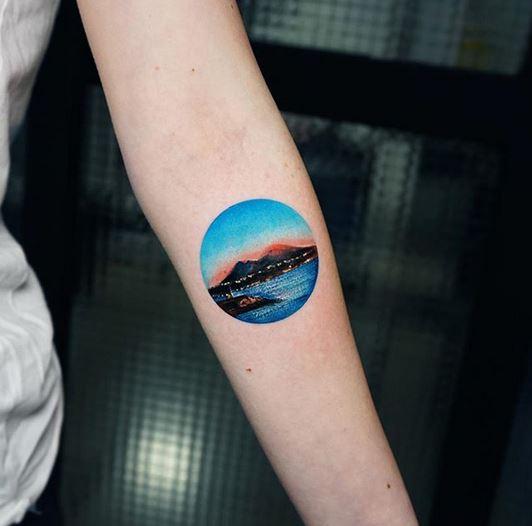 Coucher de soleil sur le tatouage de l'avant-bras de Naples