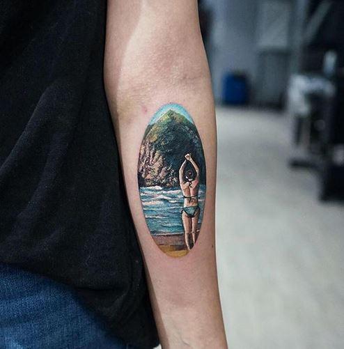 Tatouage d'avant-bras de dame de natation
