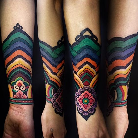 Tatouage de bracelet en technicolor