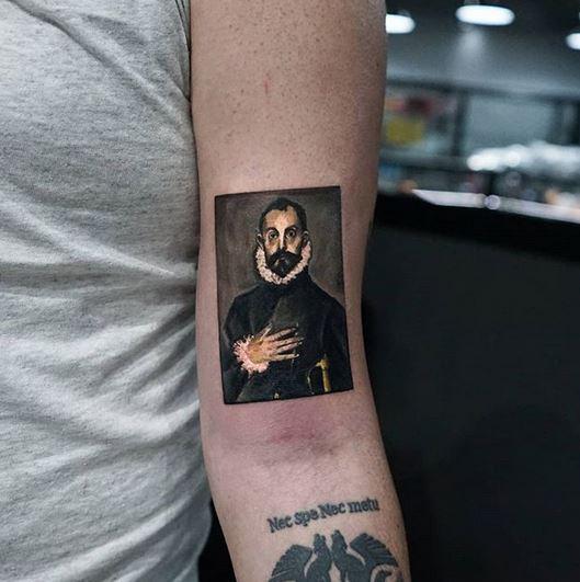 Le tatouage de bras de noble