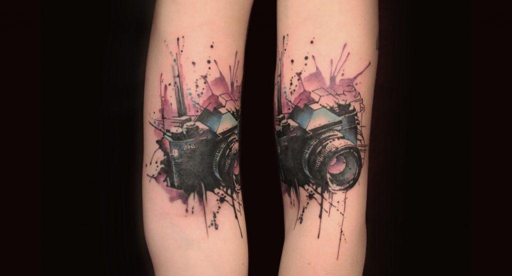 Tatouage de bras de caméra aquarelle