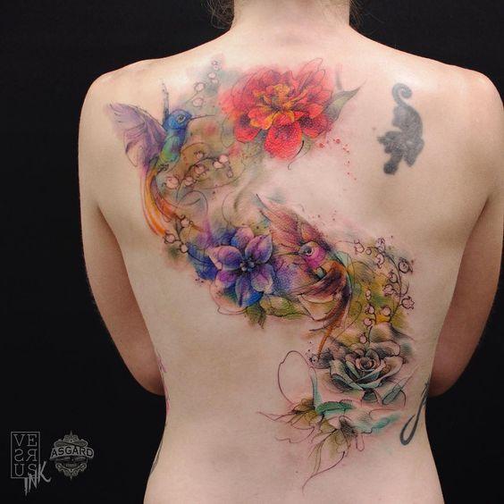 Tatouage de dos de fleurs et d'oiseaux à l'aquarelle