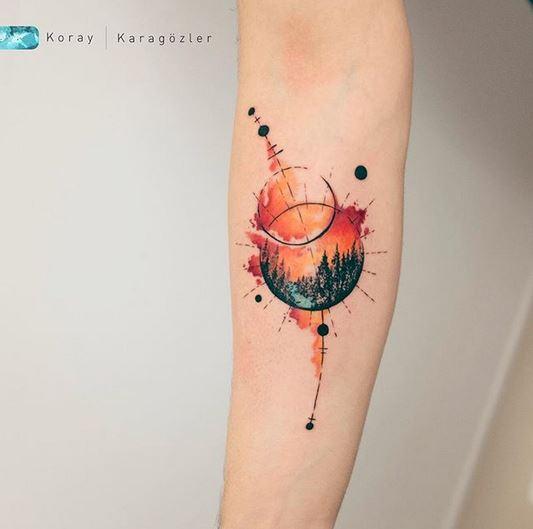 tatouage d'avant-bras aquarelle coucher de soleil